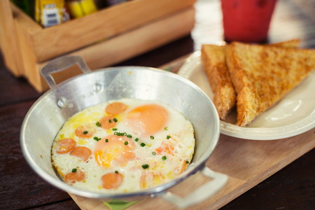 huevo blanco: Plato de desayuno de huevo servido con huevo frito delicioso.