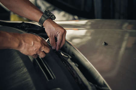 auto repair: Repair and install auto glass,the broken windshield in car accident,