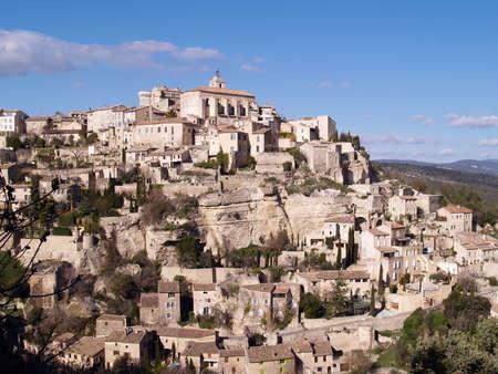 Ver en Gordes, la famosa ciudad de la Provenza, Francia - uno de los pueblos mas bellos de Francia, de pie en el borde de la meseta de Vaucluse. Foto de archivo - 13947465