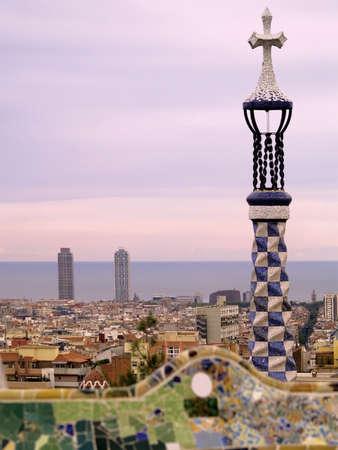 du c�l�bre parc G�ell de Barcelone au coucher du soleil - l'horizon de la ville et la mer M�diterran�e en arri�re-plan
