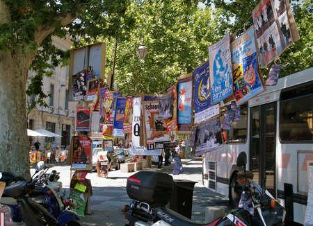 Beaucoup de affiches de th��tre sur un arbre � Avignon pendant le festival de th��tre c�l�bre �ditoriale