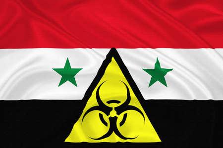Drapeau de la Syrie avec les armes chimiques signer agitant avec un motif textile texture tr�s d�taill�e qui repr�sente l'attaque chimique � l'int�rieur de la banlieue de Damas