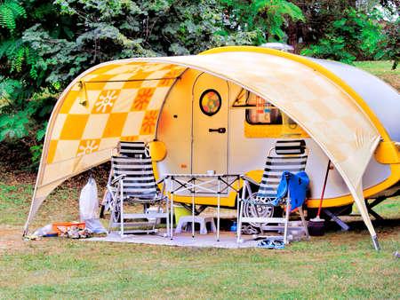 Caravane � camping, table et chaises vides devant Banque d'images