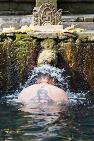 People pray at Tirta Empul Holy Water Temple Banco de Imagens