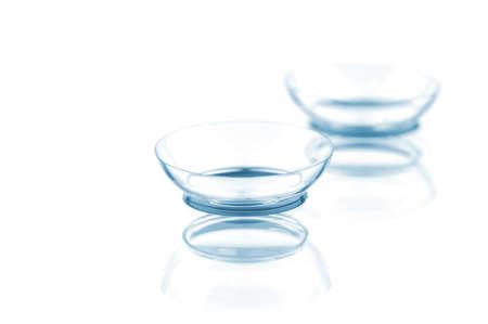 optometria: Dwie soczewki kontaktowe z odbicia, odizolowane na białym tle Zdjęcie Seryjne