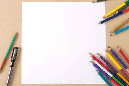 Lápices De Colores Múltiples En La Tabla De Textura De Madera Con ...