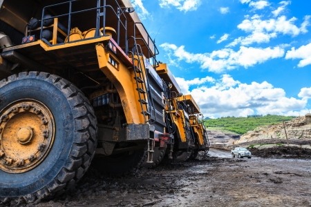camion minero: gran camión en cielo abierto y el cielo azul en mae moh Mine Foto de archivo