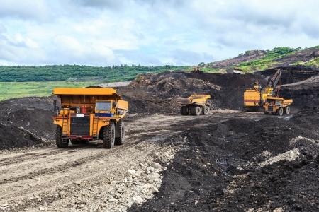 camion minero: Camiones y eléctrica Pala en cielo abierto Foto de archivo