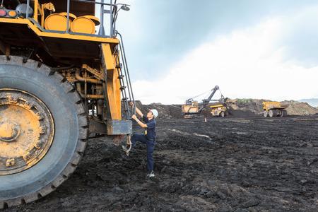 mining truck: El hombre grande del conductor de camión en cielo abierto
