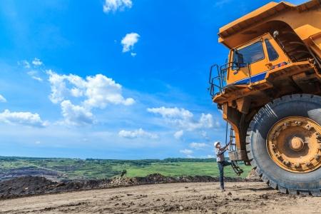 露天掘りで大型トラック運転手