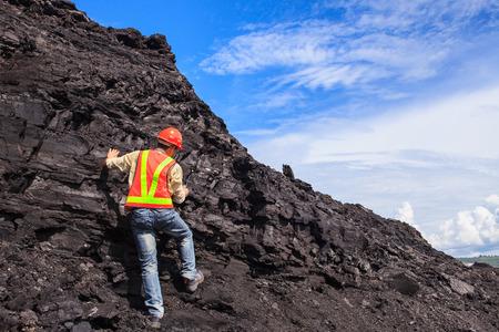 mineria: ge�logo del carb�n en la mina de lignito norte de Tailandia
