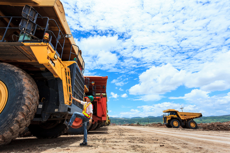 mining truck: Ingeniero de Minas en la mina a cielo abierto Foto de archivo