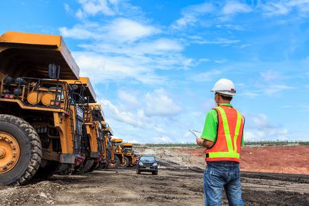 maquinaria pesada: Trabajador en mina de lignito en el norte de Tailandia