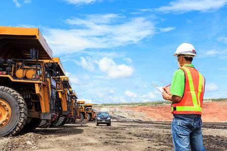 camion minero: Trabajador en mina de lignito en el norte de Tailandia