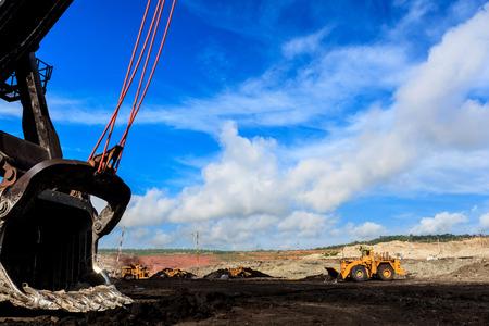 mining truck: Camiones y Eléctrica Pala en Cielo Abierto y el cielo azul