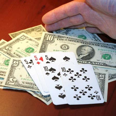 jugando a las cartas en la mano del jugador de p�quer Foto de archivo - 3751413