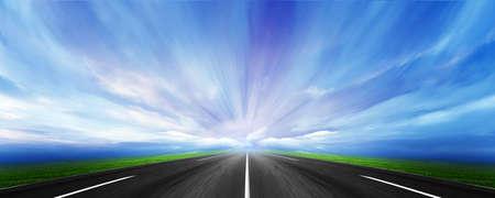 strong base: percorso su sfondo paesaggio celeste