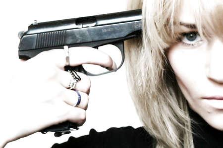 Frau mit Pistole in zur hand ziemlich