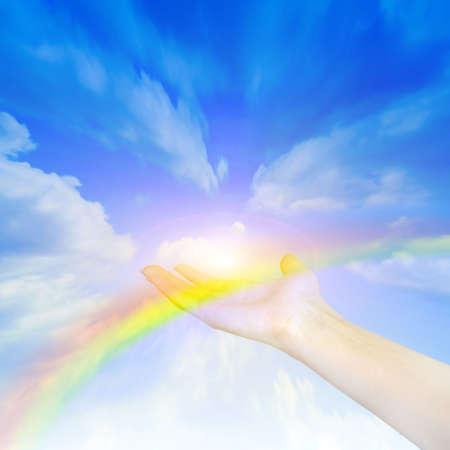 Arcobaleno sulla mano della persona sullo sfondo luminoso cielo  Archivio Fotografico - 6551974