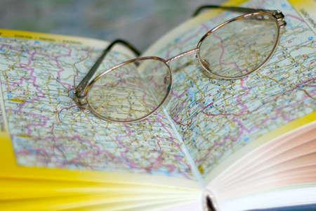 Brille auf Seite geographische atlas Lizenzfreie Bilder