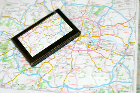 バック グラウンド旅行として地図上で gps ナビゲーター