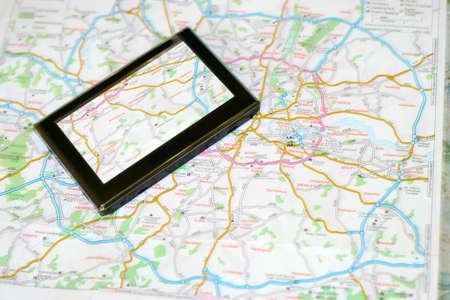 GPS-Navigator auf der Karte als Hintergrund Reisen Lizenzfreie Bilder