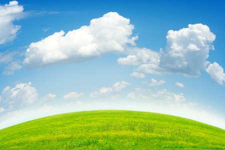 Prato verde e blu cielo come sfondo di estate Archivio Fotografico - 9689580