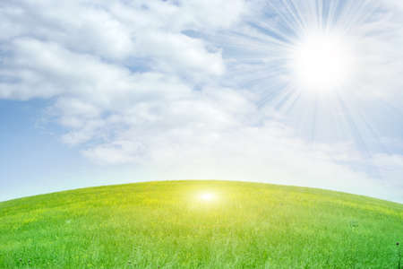 sol radiante: Prado verde y cielo azul como fondo de verano Foto de archivo