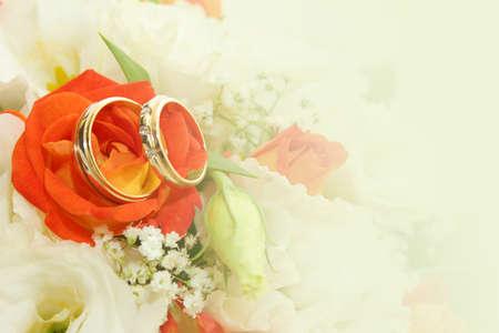 お祝いの背景としての結婚指輪と抽象的なシーン 写真素材