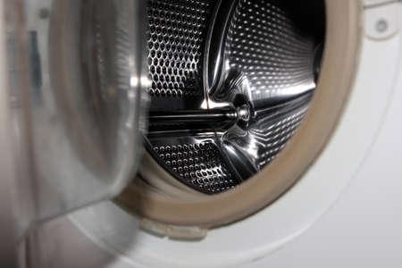 lavadora con ropa: Puerta openning lavadora Foto de archivo