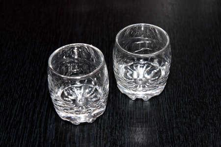 plane table: vino de licor-abstracta de vidrio para la mesa de plano como de fondo Foto de archivo
