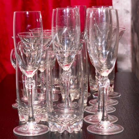 plane table: licor de vidrio para el vino en la mesa de avi�n Foto de archivo
