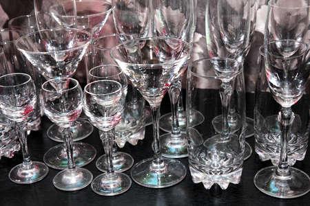 plane table: licor de vidrio para el vino en la mesa de plano como de fondo