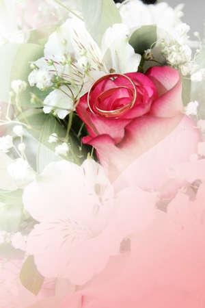 resumen escena con anillos de boda y fondo floral Foto de archivo