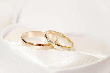 Szene zwei Ringe als Symbol Urlaub Trauung Lizenzfreie Bilder