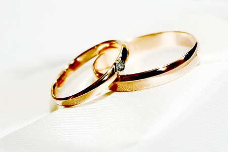 Scena due anelli di cerimonia di nozze come simbolo vacanza Archivio Fotografico - 13560537