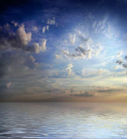 water s edge: scena sotto della superficie del mare solare cielo scuro