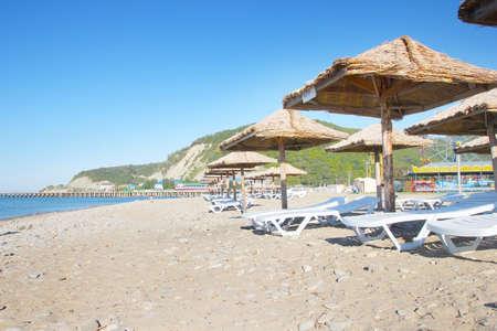 water s edge: tende da sole sulla spiaggia