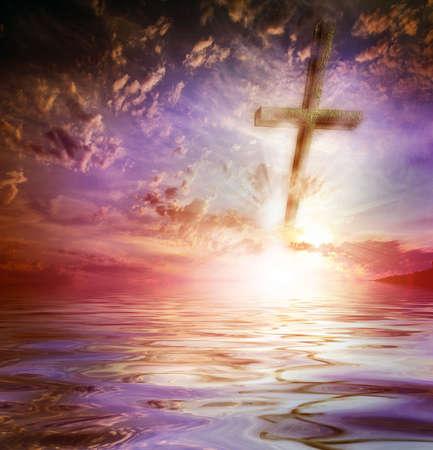 escena vieja cruz y el paisaje celeste como fondo religioso Foto de archivo
