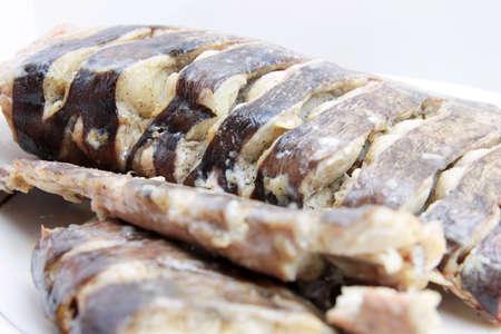 sheatfish: piezas frescas siluro pescado asado en la placa Foto de archivo