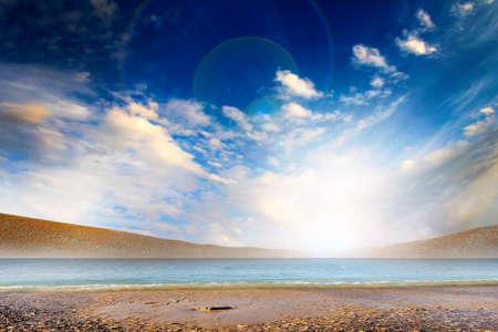 water s edge: bella scena solare mare e lo sfondo celeste Archivio Fotografico