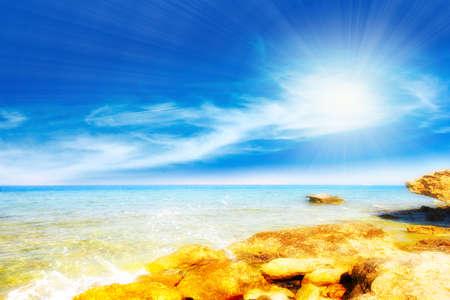 water s edge: mare costa e il cielo l'alba come illustrazione di riposo