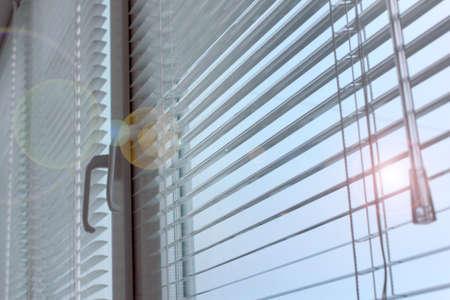 Luce otturatore di plastica su un appartamento finestra Archivio Fotografico - 24595850