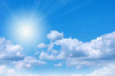 cielo: cielo azul con nubes como parte del paisaje celeste Foto de archivo