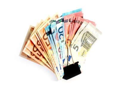 banconote euro: clip in metallo e un piccolo mucchio di banconote in carta di euro