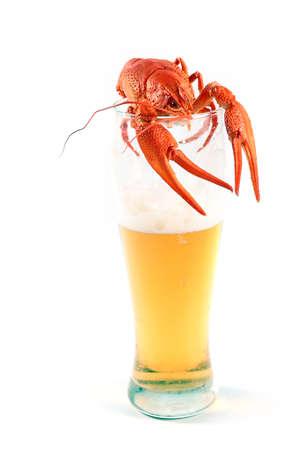 material de vidrio: cigalas hervidas y cerveza ligera en un vaso
