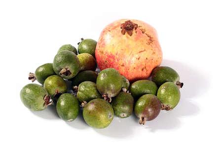 guayaba: granada madura fresco y frutas tropicales feijoa Foto de archivo