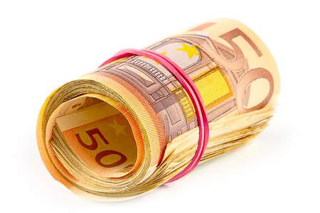 paczkę banknotów euro zwiniętych w tubę i przewiązanych gumką