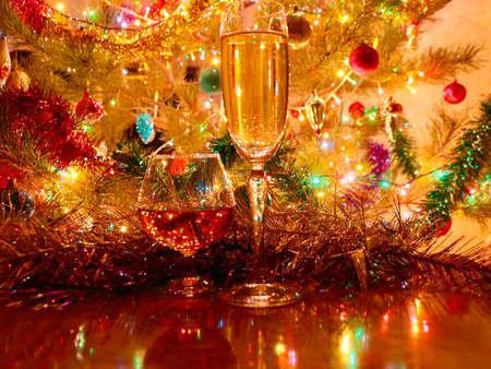 Un vaso de vino y alcohol fuerte en el fondo de una decoración festiva de Año Nuevo Foto de archivo