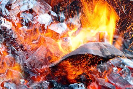 Heldere vlam en hete steenkool in het koperslager voor roosteren Stockfoto